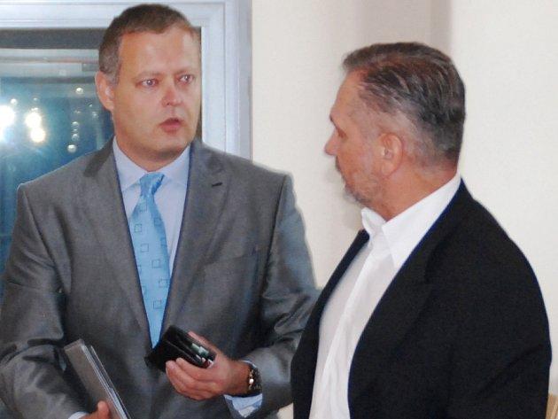 Aleš Fučík (vlevo) se svým obhájcem Rostislavem Kovářem na chodbě Okresního soudu v Jihlavě před začátkem hlavního líčení.
