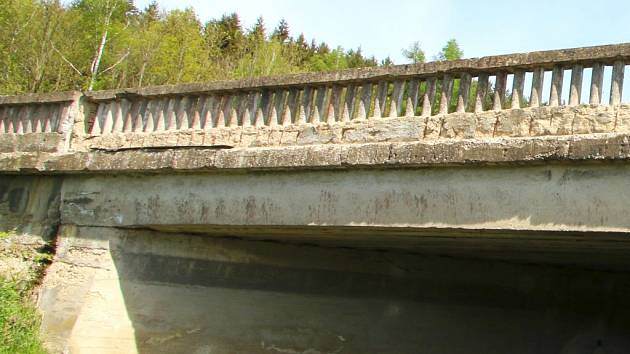 Mostní objekt evidenčního čísla 19-068 se nad Losenickým potokem v Ronově nad Sázavou klene dvaašedesát let. V jak chatrném stavu je, dokládá fotografie.
