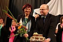 Na oslavě jubilea. Sladký dort, který při loňském koncertu k 150. výročí svého založení chotěbořský Doubravan obdržel od havlíčkobrodského Jasoně,   před několika dny dodatečně zhořkl. Vinu na tom nese Jozef Pikla (na snímku vpravo).