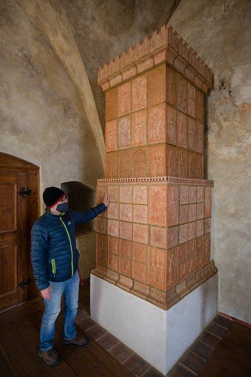 Nová expozice hradu Lipnice se věnuje kamnářství i výbavě gotických komnat.