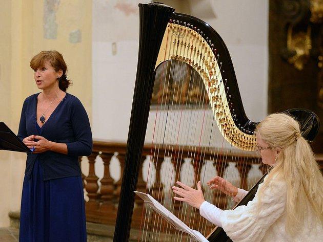 Členky tria MUSICA DOLCE VITA. Ty doslova uchvátily svými výkony auditorium havlíčkobrodského klášterního kostela sv. Rodiny. Vlevo Daniela Demuthová, vpravo Zbyňka Šolcová.