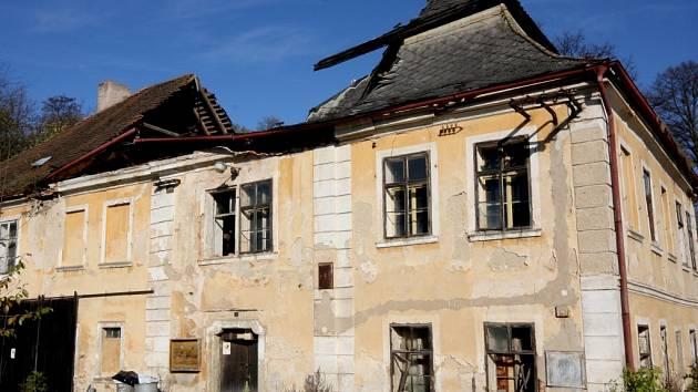 Zámeček v Bačkově má základy šest století staré tvrze. Na výsluní byl za Trčků z Lípy i Klusáků z Kostelce. Dnes patří zemědělskému družstvu a jeho dny jsou zřejmě sečteny.