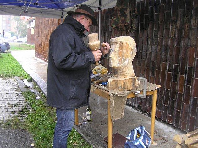 Před zraky návštěvníků tesal sochař Radomír Dvořák tvář Karla Havlíčka Borovského.