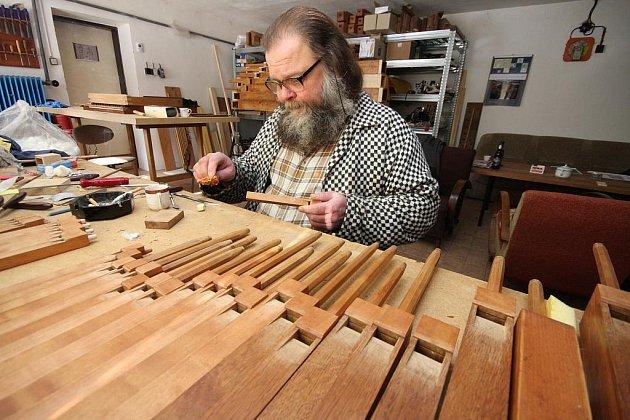 Varhany opravuje Dalibor Michek