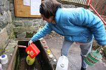 Lidé si ke studánce jezdí vodu nabírat přímo do kanystrů. Věří, že je nejenom léčivá, ale i zázračná.