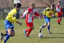 Jarní jízda. Janovičtí fotbalisté (u míče Petr Mareš) sice zahájili jaro domácí remízou s Přibyslaví, ale potom se rozjeli. V odvetách získali úctyhodných dvaatřicet bodů.