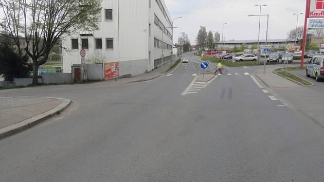 Cyklista se v neděli odpoledne střetl s chodkyní na této křižovatce.