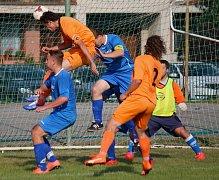 Pět gólů v derby nastřílela Mírovka na hřišti Lípy. Takto se v jedné šanci prosazoval kapitán Mírovky Michal Netopilík, ale jeho hlavička gólem neskončila.
