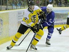 Útočník Ladislav Rytnauer (na snímku ve světlém) dal přednost práci a hokej má jako koníček.
