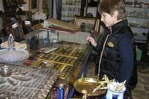 V poslední době chodí návštěvníci do obchodů se starožitnostmi se hlavně dívat. Krize vyprázdnila zákazníkům kapsy, mnozí se naopak starožitností zbavují, než aby kupovali.