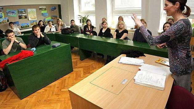 Ačkoli každý pochází z jiného koutu Evropy, vzájemně jim nedělá problémy se na čemkoli domluvit.  Částečně tomu napomáhají i úkoly, které si na studenty ze Španelska, Německa, Polska, Islandu a ČR připravila učitelka a duše celého projektu Eva Kohoutová.