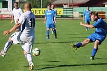 Čtyři góly vstřelili fotbalisté Lípy (v modrém) na hřišti Horní Cerekve a s jedenácti body jsou na sedmém místě.