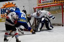 Jako den a noc. Hokejoví junioři Havlíčkova Brodu porazili Pelhřimov 4:0, ale v dalším zápase prohráli v Šumperku 5:0. Dorostencům se dařilo lépe, vyhráli oba duely.