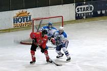 Mladý brankář Tomáš Linhart hájil branku jak v juniorech, tak i v posledních utkáních A-týmu, a úspěšně.
