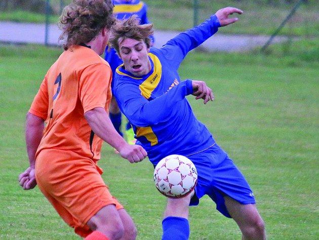 Fotbalisté Štoků (v modrém) prohráli na jaře teprve podruhé, a hned se museli poroučet z vedoucí pozice tabulky Vystřídal je Humpolec B.