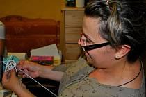 Jana Čížková z Dobrohostova ukázala vloni svým hostům pletení z papíru.