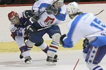 Světelští hokejisté odjeli do Chocně bez jedné ze svých hlavních opor Jaroslava Žáka (ve světlém) a poprvé v sezoně prohráli.