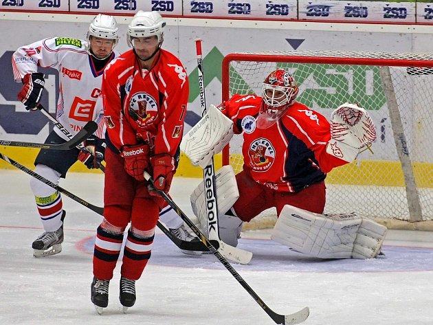 Zkušený třicetiletý obránce Martin Vágner (uprostřed) v příští sezoně nebude hráčem Havlíčkova Brodu. Přestože s ním bylo vedení Rebelů předběžně dohodnuto na jeho setrvání, nakonec podepsal smlouvu v Ústí nad Labem.