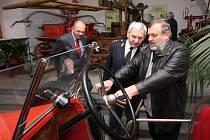 Požární automobil Tatra letos v ústředním hasičském muzeu v Přibyslavi oslavil 90. narozeniny. Byl vyroben v Kopřivnici v roce 1920 pro sbor Šlapanice u Brna. Pojízdného veterána hasičskému generálovi Miroslavu Štěpánovi ukázal ředitel muzea Jiří Pátek.