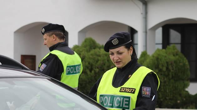 Pokud se na vesnicích pohybují neznámí podezřelí lidé, radí policisté volat linku tísňového volání 158. Ilustrační foto.