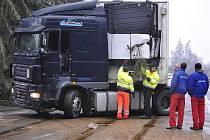 Značné množství silnic na Vysočině pokryla v pondělí dopoledne ledovka. Například více než šest hodin byla kvůli havarovanému kamionu u Řehořova na Jihlavsku (na snímku) uzavřena silnice II/602 vedoucí z Jihlavy směrem na Velké Meziříčí.