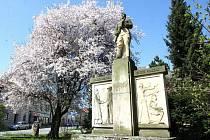 Pomník obětem obou světových válek na Bechyňově náměstí v Přibyslavi na jaře prohlédl.