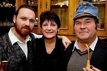 Pravnuk Jaroslava Haška, Martin Hašek (vlevo), se snaží uchovat tradici. Vpravo Richard, vnuk spisovatele.