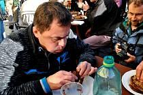 Rychlojedlík Jaroslav Němec polyká poslední vítězné sousto v soutěži o nejrychlejší snědení jednoho kila bramboráků.