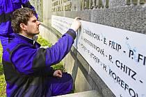 Sedm nerezových desek se 112 jmény brodských židovských obětí druhé světové války vyrobili a nedávno nainstalovali zaměstnanci havlíčkobrodské společnosti AB JET.