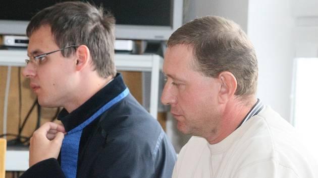 Na lavici obžalovaných. Starosta Slavníče, Petr Matouš (vpravo), včera dopoledne zasedl v budově havlíčkobrodského okresního soudu na lavici obžalovaných.  Obvinění však soud nepotvrdil. Malá obec je nyní přesto  evidentně rozdělena na dva tábory.