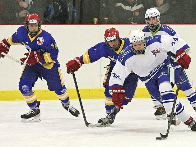 Těžká práce. Hokejisté Vysočiny (v bílých dresech) se v duelu s Olomouckým krajem pořádně nadřeli, ale nakonec slavili ve svém zahajovacím zápase výhru 3:2. Večer pak přidali dvouciferné vítězství nad Pardubickým krajem.
