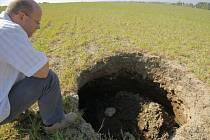 S největší pravděpodobností se pod touto propadlinou, kterou objevili zemědělci na poli u Petrkova, nachází středověká důlní štola.