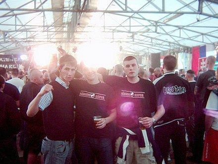 Richard Lang z Jihlavy (vpředu vlevo) si se svými soukmenovci z národního odporu zajel na neonacistický koncert do italské Verony.