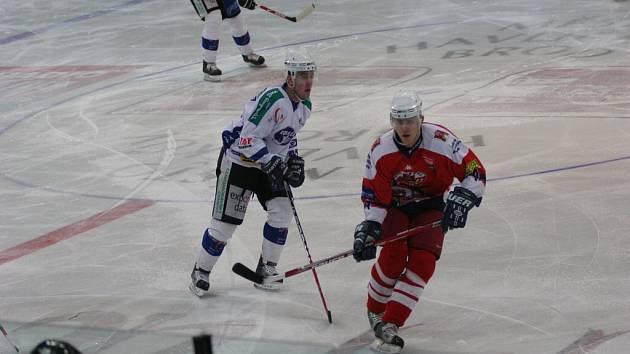 Fotbalová hvězda. Útočník Vojtěch Němec (vpravo) vyměnil v létě hokejku a brusle za náčiní fotbalového brankáře.