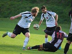 O překvapení se na hřišti Jemnicka postarali fotbalisté Chotěboře (v bílém), kteří po bojovném a obětavém výkonu vyhráli 2:0.