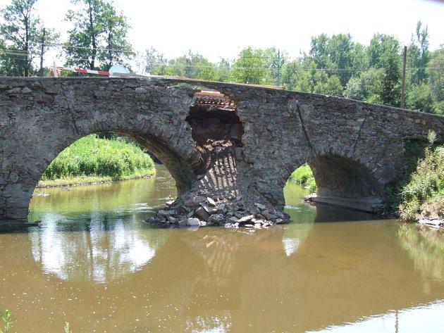 Poškozený historický kamenný most v Ronově nad Sázavou.