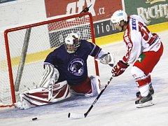 Ačkoliv se spekulovalo o tom, že by chotěbořští Lvi měli ve druhé hokejové lize skončit, jeden z jednatelů klubu Bohumil Opršal včera Deníku prozradil, že to není pravda. Pomocnou ruku by měl podat prvoligový Havlíčkův Brod.