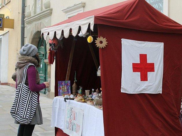 O prodej výrobků ve stánku Červeného kříže se starají studenti brodského gymnázia.