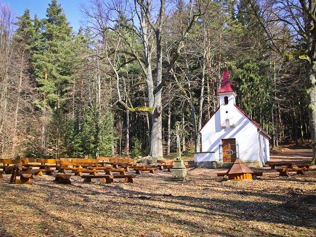 V místech Křižné studánky byla v roce 1868 postavena zděná kaplička.