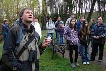 Ptačím zpěvem z telefonu vábil zpěváčky v zámeckém parku ve Světlé nad Sázavou Václav Hlaváč.