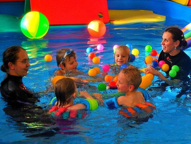 Příjemná teplota vody v bazénu je eldorádem pro malé caparty, které bedlivě sledují zkušené instruktorky.