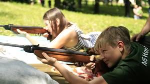 Děti poznaly práci myslivců, zastřílely si ze vzduchovky a pohladily výra