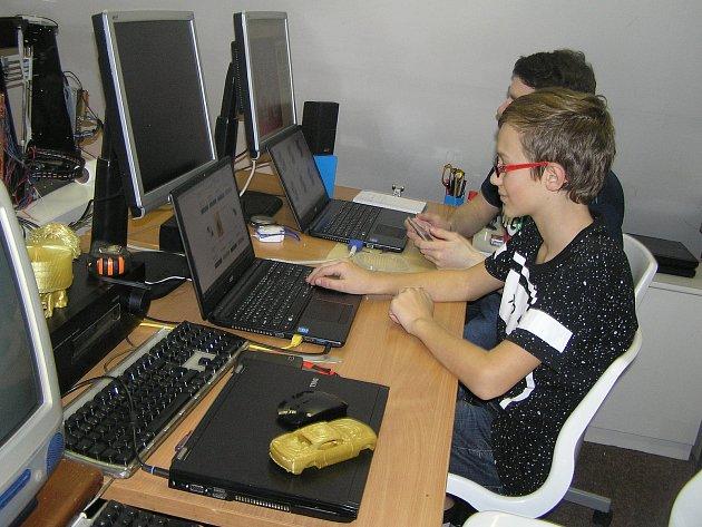 Děti v Jeníkově se techniky nebojí.