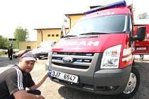 Milan Čapek dělá tečku za výrobou nového požárního automobilu – připevňuje registrační značku.