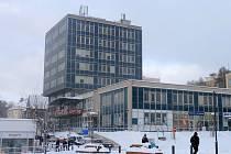 Havlíčkobrodská radnice v posledních letech nemalými prostředky upravuje celé prostranství Smetanova náměstí. Má s ním i další smělé plány a teď se obává, že ho bude po dlouhou dobu hyzdit prázdná výšková budova bývalého finančního úřadu.