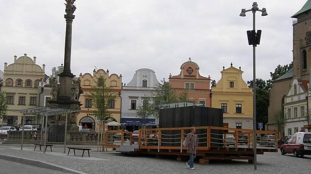 Na kiosek na Havlíčkově náměstí se názory občanů i nadále velmi různí.