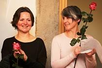 Neobvyklý průběh mělo v Galerii výtvarného umění v Havlíčkově Brodě zahájení výstavy obrazů, grafik a fotografií Lucie Novotné (na snímku vlevo). Úvodní slovo Miloše Doležala přečetla herečka a šansoniérka Monika Načeva.