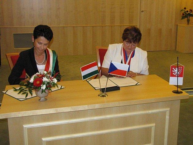 Dvěma podpisy zástupců obou měst byla ve společenském sále staré radnice v Chotěboři stvrzena partnerská smlouva mezi Vysočinou a krajem kolem řeky Tiszy.