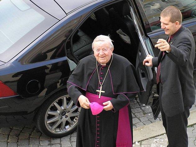 Usměvavý arcibiskup. Havlíčkův Brod poctila vzácná návštěva v osobě emeritního arcibiskupa Karla Otčenáška. Ten na Staré radnici spolu s novinářem Jiřím Ješem vzpomínal na komunistický útlak v padesátých letech.