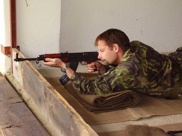 Prokázat dovednost v zacházení s pistolí i se samopalem byl nelehký úkol pro účastníky mezinárodních střeleckých závodů na havlíčkobrodské Sanimě.